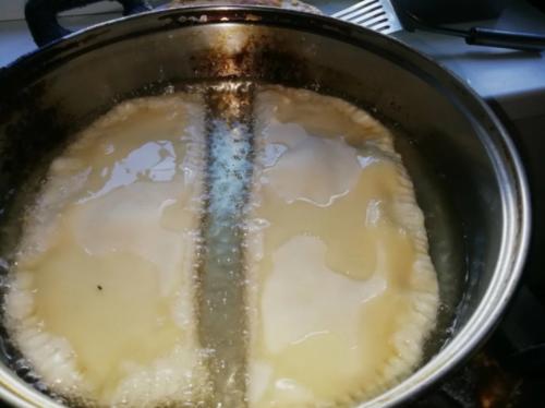 Жарю чебуреки и не боюсь брызгов масла. Чистая плита и руки без ожогов благодаря одному трюку 1
