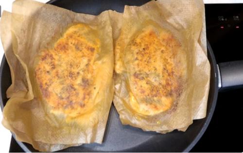 Жарю курицу в бумаге на сухой сковороде: весь сок внутри и чистая плита без капель масла 6
