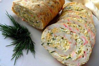 Рецепт пикантного рулета из крабовых палочек, яиц и сыра 1