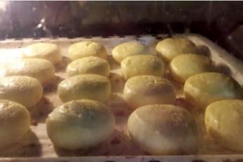 Самое время прекратить жарить сырники, а начать выпекать. Пышные и очень вкусные